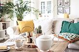 sofa z poduszkami w salonie