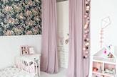 pokój dziewczynki z różowymi zasłonami