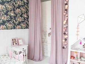 nowy dom - Mały biały czarny pokój dziecka dla dziewczynki dla malucha, styl skandynawski - zdjęcie od homeonthehill.pl