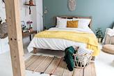 sypialnia z niebieską ścianą