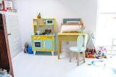 żółte biurko w pokoju dziecka
