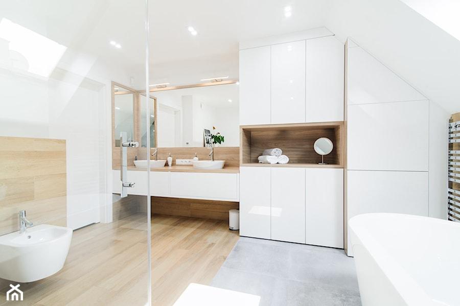 Przytulna łazienka na poddaszu, szarość+ciepły odcień drewna+biel - zdjęcie od pf design