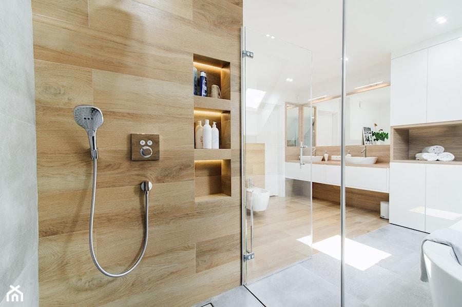 Duża łazienka Na Poddaszu Połączenie Ciepłego Koloru Drewna