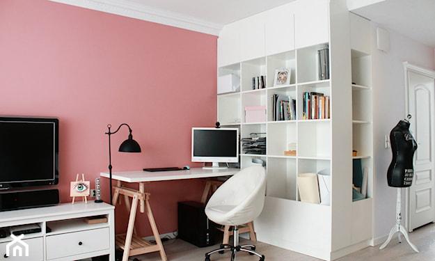 różowa ściana i białe meble w pokoju dziennym