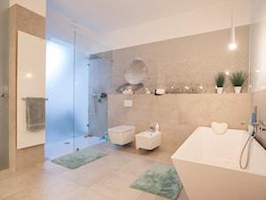 PROJEKT WNĘTRZ DOMU JEDNORODZINNEGO - Duża biała beżowa łazienka w domu jednorodzinnym, styl nowoczesny - zdjęcie od Kunkiewicz Architekci