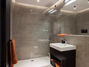 PROJEKT WNĘTRZ DOMU JEDNORODZINNEGO - Mała szara łazienka w bloku w domu jednorodzinnym bez okna, styl nowoczesny - zdjęcie od Kunkiewicz Architekci
