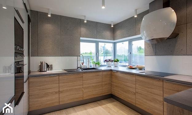 kuchnia narożna z dwoma oknami