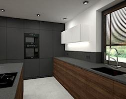 Nowoczesny parterowy dom - Duża zamknięta biała czarna kuchnia w kształcie litery l z wyspą z oknem, styl minimalistyczny - zdjęcie od Miliart Studio