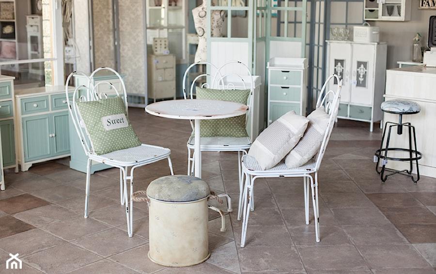 Średnia zamknięta szara jadalnia jako osobne pomieszczenie, styl prowansalski - zdjęcie od Deccori