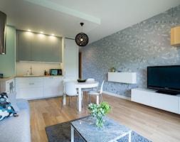 Realizacja nadmorskiego apartamentu - Średni kolorowy salon z kuchnią z jadalnią, styl skandynawski - zdjęcie od MOA design - Homebook