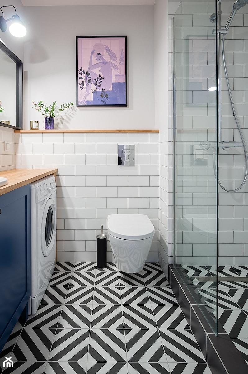 Mała łazienka z niebieskim akcentem - zdjęcie od MOA design