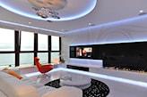 biały nowoczesny salon, biokominek, pomarańczowy fotel