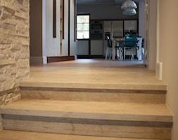 Gdyński apartament - Małe wąskie schody jednobiegowe drewniane, styl skandynawski - zdjęcie od MK ARCHITEKTURA WNĘTRZ I KRAJOBRAZU
