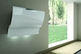 biały okap z oświetleniem