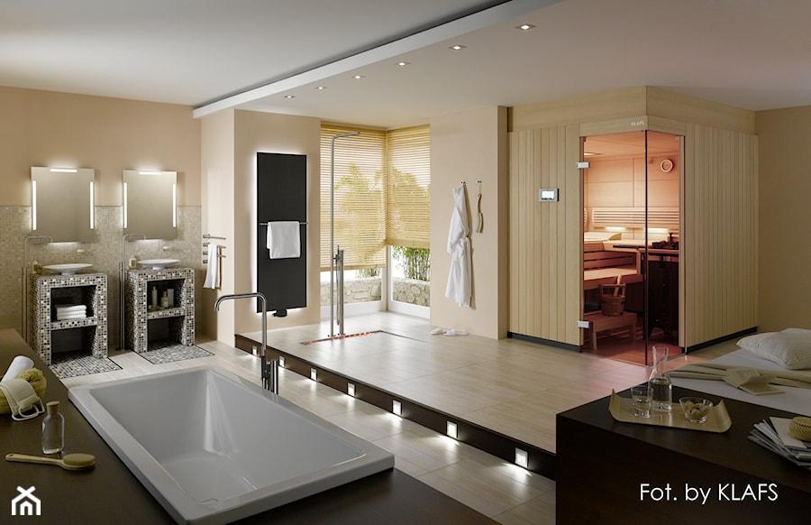 Aranżacje wnętrz - Łazienka: Duża beżowa łazienka w domu jednorodzinnym jako salon kąpielowy jako domowe spa z oknem, styl glamour - KLAFS. Przeglądaj, dodawaj i zapisuj najlepsze zdjęcia, pomysły i inspiracje designerskie. W bazie mamy już prawie milion fotografii!