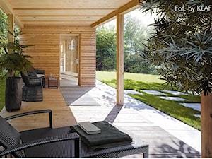 Sauny ogrodowe - Duży ogród za domem w stylu skandynawskim z altaną, styl skandynawski - zdjęcie od KLAFS
