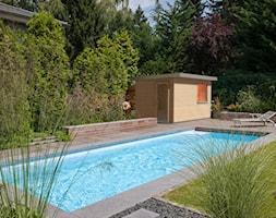 Sauny ogrodowe - Średni ogród za domem w stylu skandynawskim z altaną z basenem, styl skandynawski - zdjęcie od KLAFS