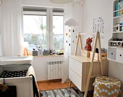Pokój Frania - Mały biały pokój dziecka dla chłopca dla dziewczynki dla niemowlaka, styl skandynawski - zdjęcie od www.only4walls.pl