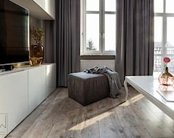 realizacja APARTAMENTU W KAMIENICY, w tonacji rose gold _ Międzychód - Średni szary biały salon z tarasem / balkonem, styl eklektyczny - zdjęcie od LaskowskaWnętrza