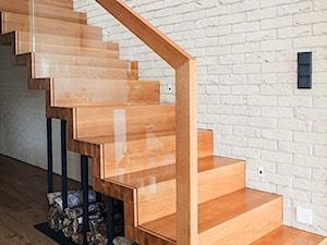 Realizacja domu jednorodzinnego. Niałek Wielki (k.Wolsztyna) - Małe wąskie schody jednobiegowe drewniane, styl nowoczesny - zdjęcie od LaskowskaWnętrza
