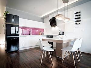 Apartament Cegielniana - Kraków - Realizacja 2012 - Mała średnia otwarta biała różowa kuchnia w kształcie litery l w aneksie, styl nowoczesny - zdjęcie od NOVI art Pracownia projektowa