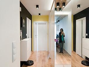 Apartament Zachodnia - Kraków - Realizacja 2016 - Średni czarny żółty hol / przedpokój, styl nowoczesny - zdjęcie od NOVI art Pracownia projektowa