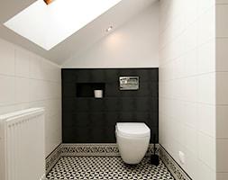 K12 Apartament 1 - Kraków - Realizacja 2015 - Średnia biała czarna łazienka na poddaszu z oknem, st ... - zdjęcie od NOVI art Pracownia projektowa - Homebook