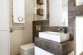 łazienka w odcieniach szarości, prostokątne lustro bez ramy, minimalistyczna łazienka
