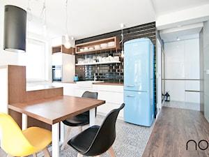 Apartament Lipka 2 - Myślenice, Realizacja 2016 - Średnia otwarta biała kuchnia dwurzędowa w aneksie z oknem, styl skandynawski - zdjęcie od NOVI art Pracownia projektowa