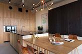 drewniane meble kuchenne, kuchnia w odcieniach beżu, złota lampa wisząca