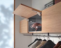Szafki górne z podnośnikami zamiast drzwiczek - Garderoba, styl nowoczesny - zdjęcie od Blum - Homebook