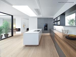 Kuchnia - wnętrza - Duża otwarta biała kuchnia z wyspą, styl minimalistyczny - zdjęcie od Blum