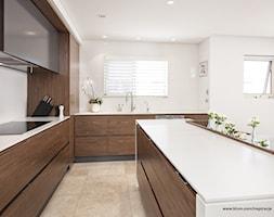 Kuchnia - wnętrza - Średnia otwarta biała kuchnia w kształcie litery l z wyspą z oknem, styl nowoczesny - zdjęcie od Blum