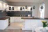 meble w kuchni pomalowane białą farbą