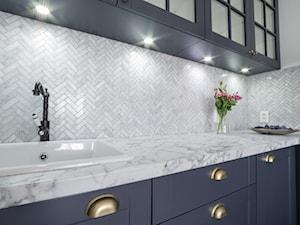 Elegancka klasyka - Średnia zamknięta biała kuchnia w kształcie litery l, styl klasyczny - zdjęcie od Świetlak pracownia projektowa