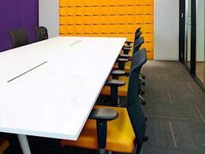 DUNIN - Duże fioletowe białe żółte biuro domowe, styl nowoczesny - zdjęcie od Mozaika.pl