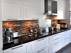 Średnia biała kuchnia jednorzędowa w aneksie, styl rustykalny - zdjęcie od Inspired Living Home