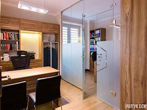 Realizacja- Kancelaria Radcy Prawnego - Małe beżowe biuro pracownia, styl nowoczesny - zdjęcie od in studio pracownia