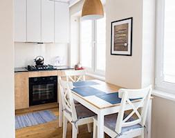 Mieszkanie 32 m2 - Mała otwarta beżowa jadalnia w kuchni, styl klasyczny - zdjęcie od in studio pracownia