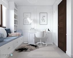 Niebiańsko! Pokój dziecięcy - Mały biały pokój dziecka dla dziewczynki dla ucznia dla nastolatka, styl klasyczny - zdjęcie od LUDWEE Pracownia Architektury Wnętrz Ewa Jasionowska