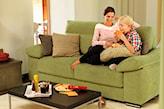 groszkowa sofa, podłoga z jasnego drewna, beżowe poduszki