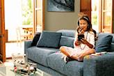 szara sofa, beżowe ściany, stolik ze szklanym blatem