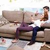 Sofa salonową gwiazdą. Jak wybrać idealną tkaninę obiciową?