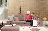 brązowa sofa, kremowy dywan, szara poduszka, złota tapeta