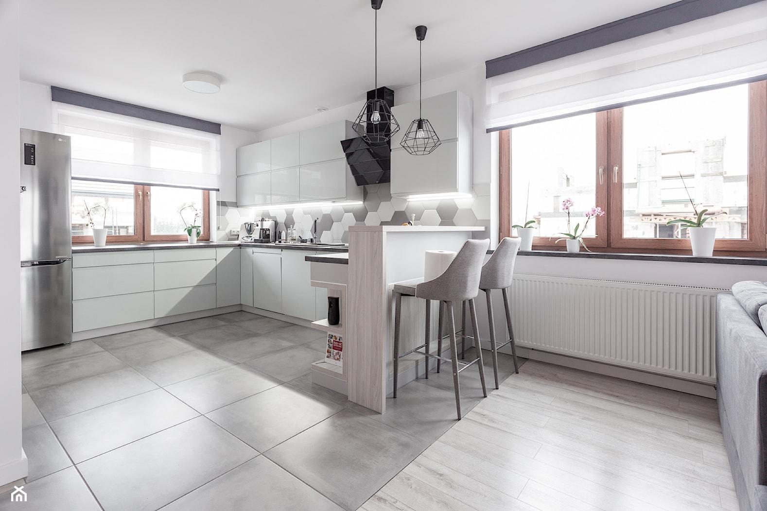 Realizacja wnętrza domu w Zalewie - Duża otwarta kuchnia w kształcie litery u z oknem, styl nowoczesny - zdjęcie od Wnętrzowe Love - Homebook