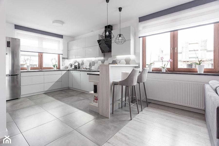 Realizacja wnętrza domu w Zalewie - Duża otwarta kuchnia w kształcie litery u z oknem, styl nowoczesny - zdjęcie od Wnętrzowe Love