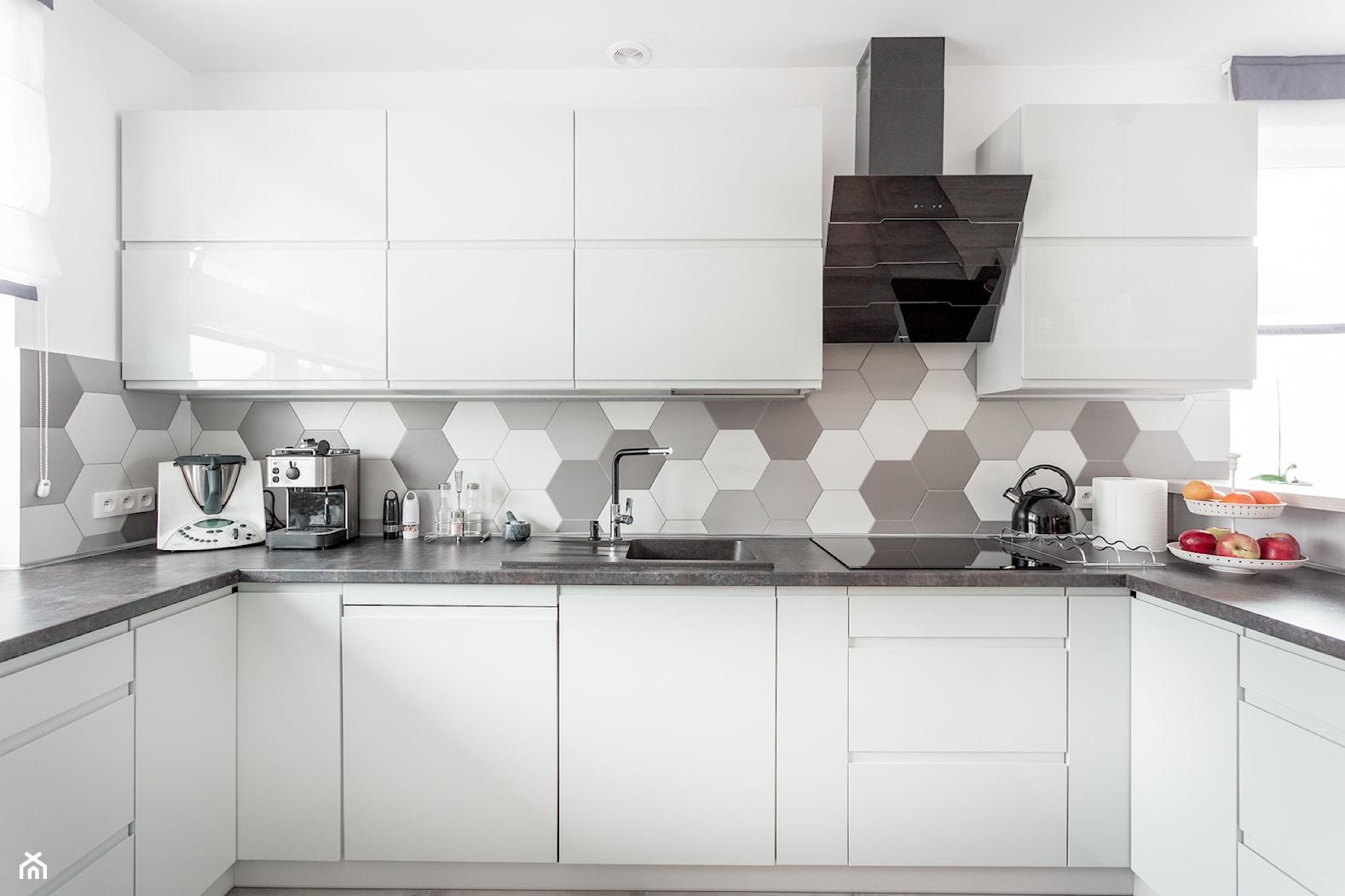 Realizacja wnętrza domu w Zalewie - Duża otwarta szara kuchnia w kształcie litery u z oknem, styl nowoczesny - zdjęcie od Wnętrzowe Love - Homebook