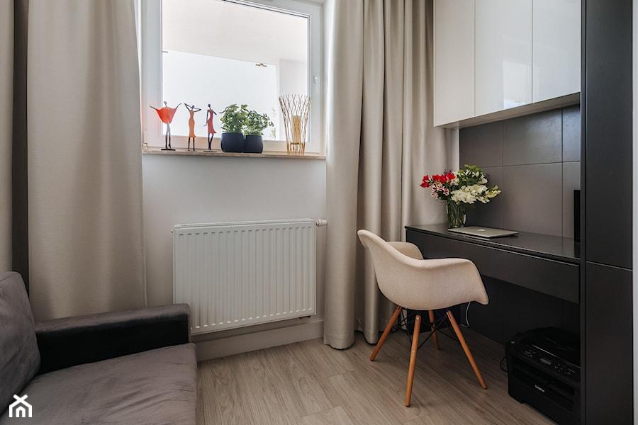 Drewno, grafit i złoto w realizacji. - Małe szare białe biuro kącik do pracy w pokoju, styl minimalistyczny - zdjęcie od Wnętrzowe Love