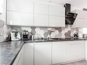 Realizacja wnętrza domu w Zalewie - Średnia otwarta biała szara kuchnia w kształcie litery u w aneksie z oknem, styl minimalistyczny - zdjęcie od Wnętrzowe Love
