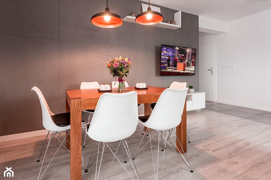 Realizacja wnętrza domu w Zalewie - Średnia otwarta biała jadalnia jako osobne pomieszczenie, styl minimalistyczny - zdjęcie od Wnętrzowe Love